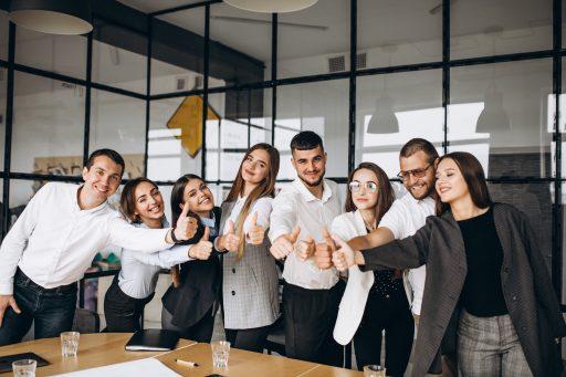 empleados señalando con el dedo