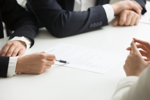negociando un contrato con papeles
