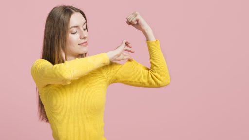 chica fuerte con jersey amarillo