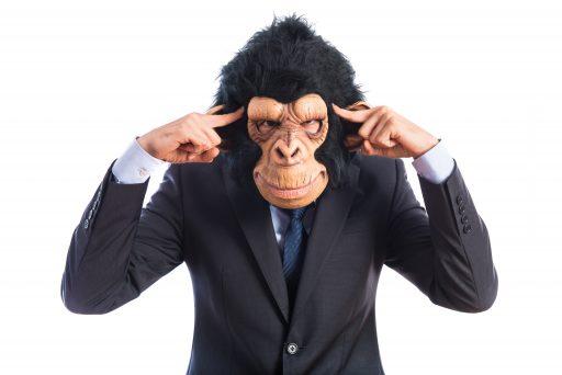 Hombre negocios con cara de mono