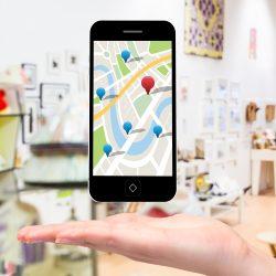 móvil con mapa de google maps
